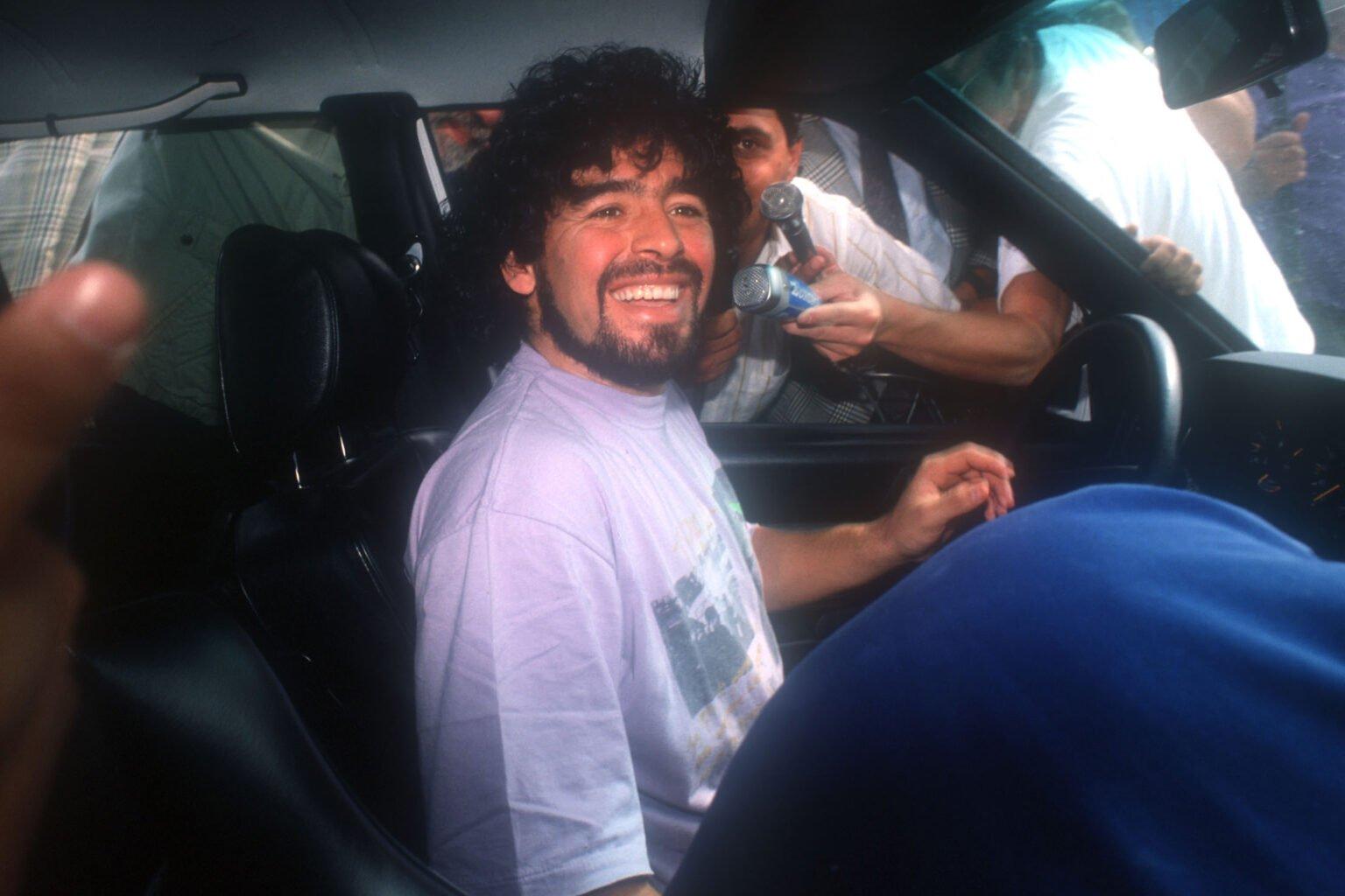 Марадона в колата си посрещнат от феновете на Наполи