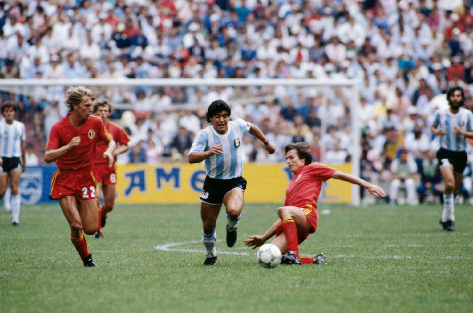 Марадона с тениската на Аржентина срещу Белгия