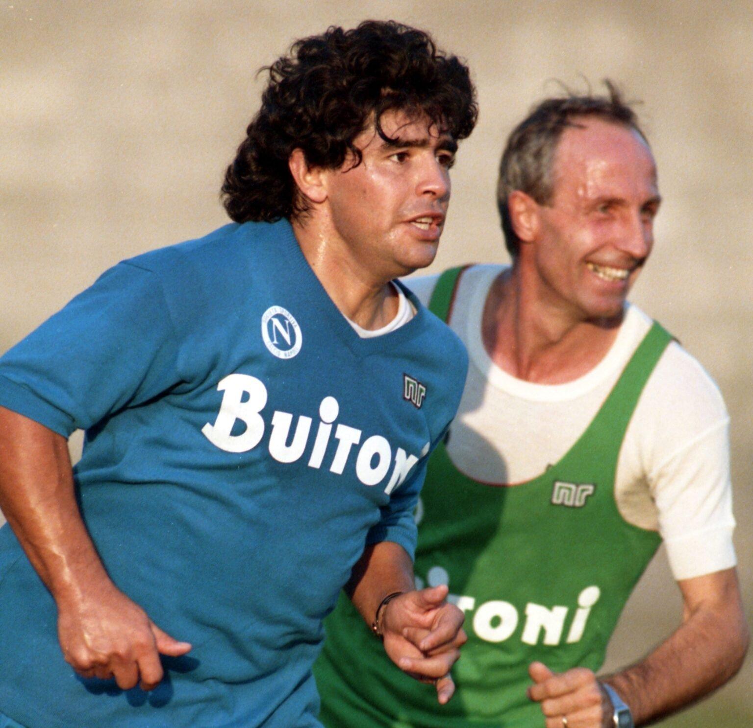 Марадона с екипа на Наполи в тренировка
