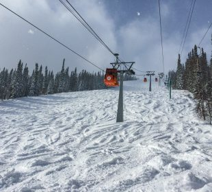 Cable lifts in a ski resort tin the sunny weather